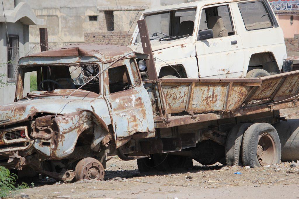 田舎の動かない古い錆びた車を処分する方法