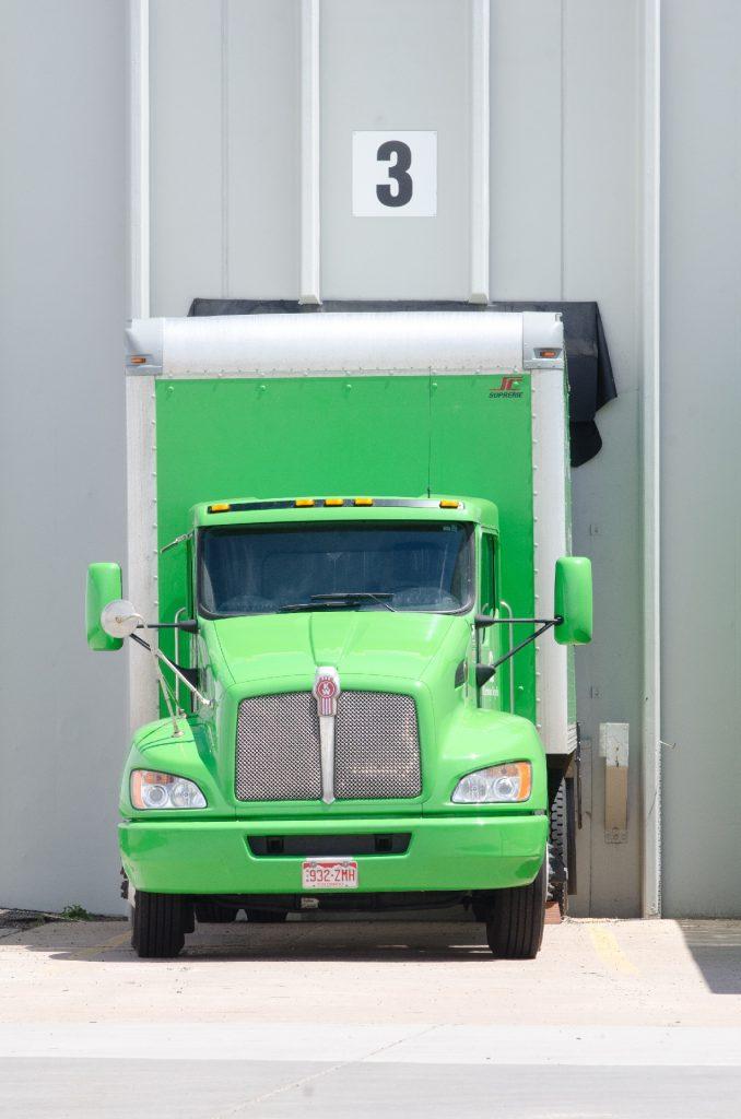 大型トラックのタイヤ交換、オイル交換、自分でやる運送会社