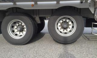 トレーラーのタイヤが上がっているのは何故?